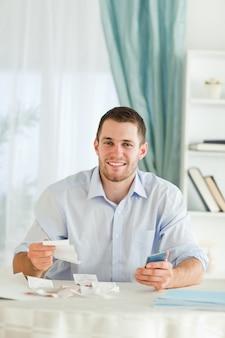 請求書を確認する手計算機でビジネスマン