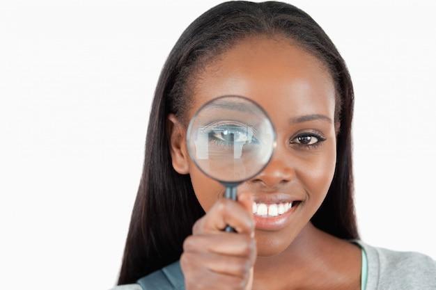 拡大鏡を持つ若い女性