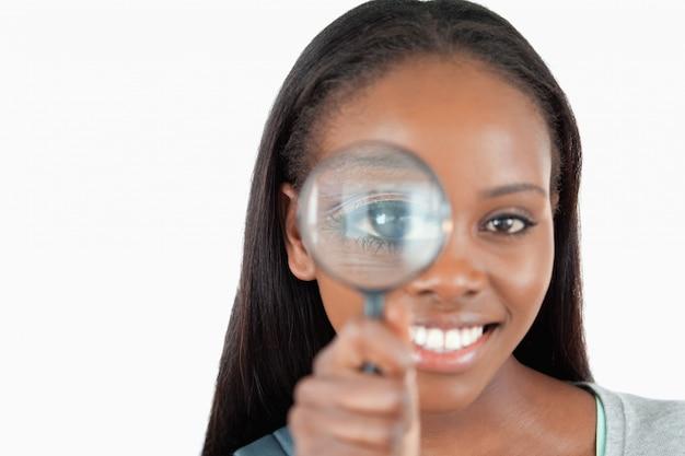 拡大鏡で笑顔の女性