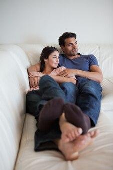 ソファに横たわっているカップルの肖像