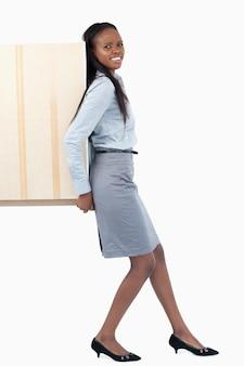 Портрет молодой предприниматель, нажав панель с ее спиной