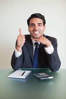 親指での会計士の肖像
