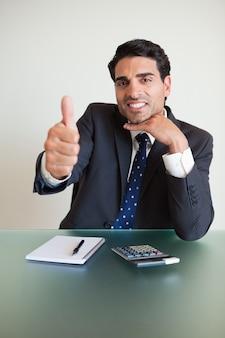 親指で若い会計士の肖像