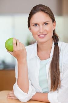 リンゴを持つ女性の肖像