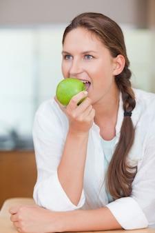 リンゴを食べる素敵な女性の肖像