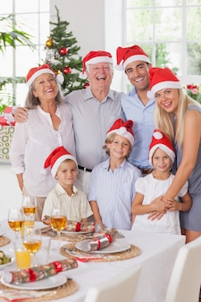 クリスマスの笑顔の家族