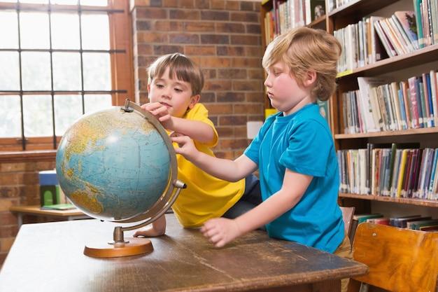 地球を見るかわいい生徒