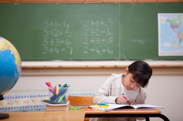 色鉛筆で描く女子学生