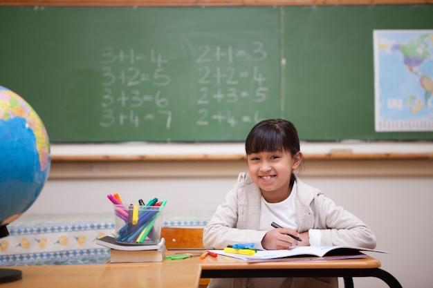 色とりどりの本で笑顔の女の子を描く