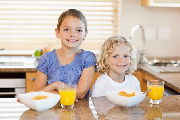 キッチンカウンターの後ろに朝食付きの兄弟