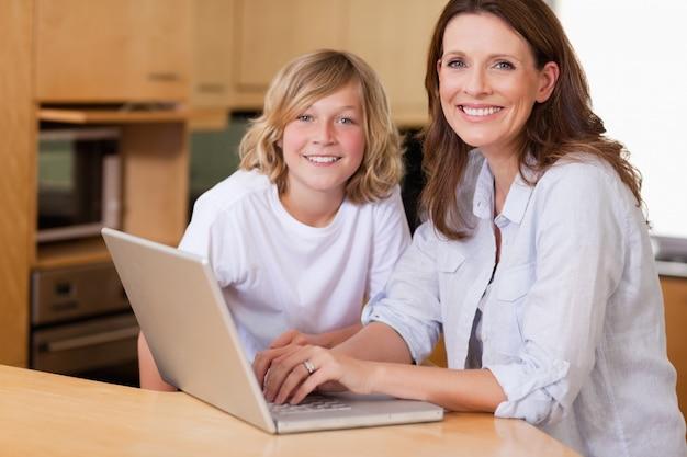母親と息子のノートパソコン