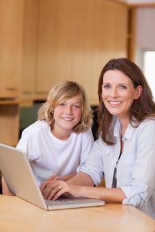 母親と彼女の息子、ノートパソコン