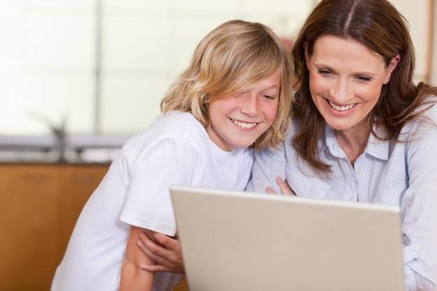 女性と息子、ノートパソコン