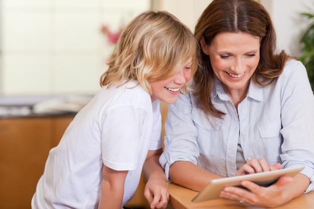 母親と息子、タブレットを使用
