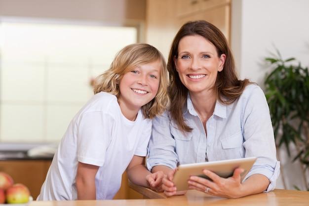 タブレットを使った女性と彼女の息子