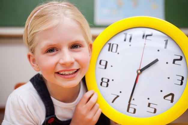 女の子、時計を表示する