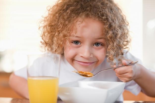 笑顔の女の子、朝食