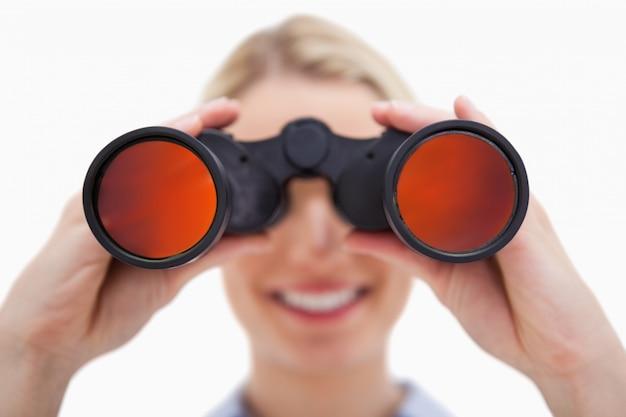 双眼鏡で見る女性