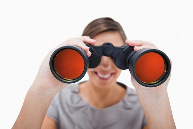 スパイグラスを通して見ている女性