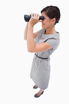 スパイグラスを使用している女性の側面図