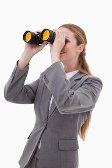 スパイグラスを持つ銀行従業員の側面図