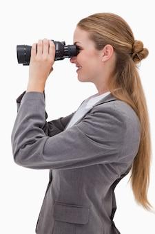 スパイグラスを持つ笑顔の銀行員の側面図