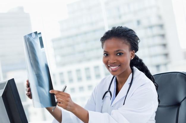 Блаженная женщина-врач, глядя на набор рентгеновских лучей