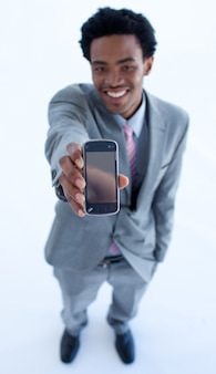 カメラに携帯電話を表示するアフリカ系アメリカ人のビジネスマン