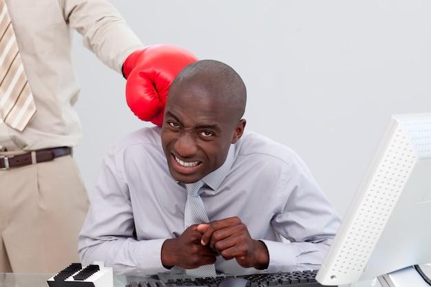 Афро-американский бизнесмен в коробке