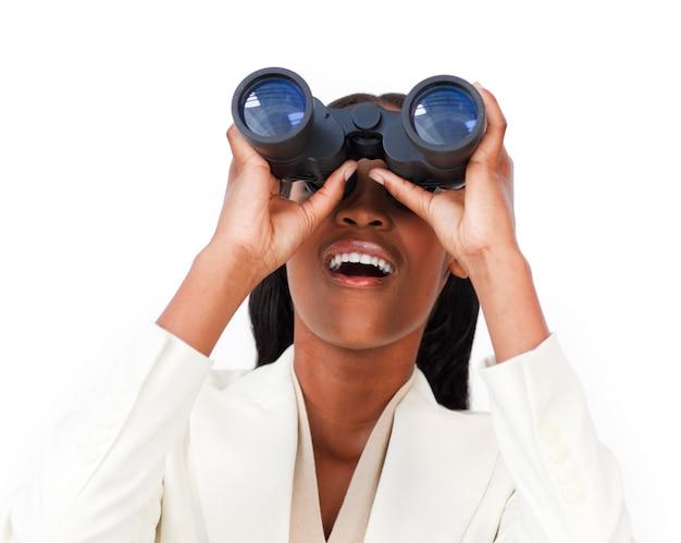 双眼鏡を見て驚いた実業家