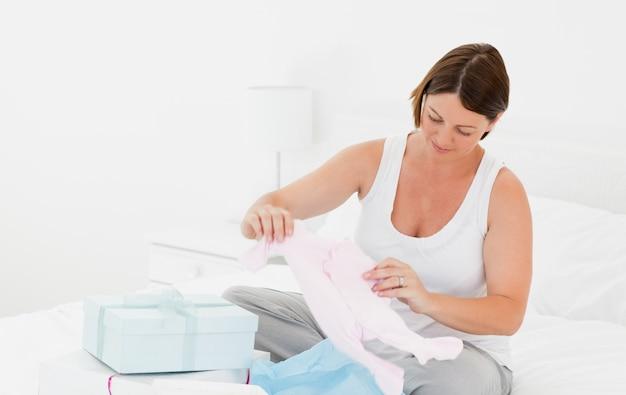 Женщина с детской одеждой