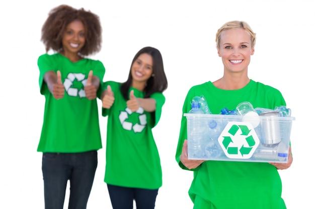 リサイクルボックスを持っている笑顔の活動家