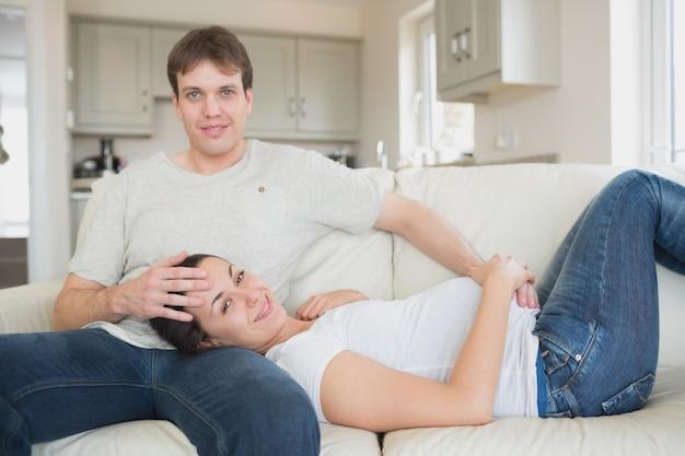 寝台に横たわっている見込みの両親