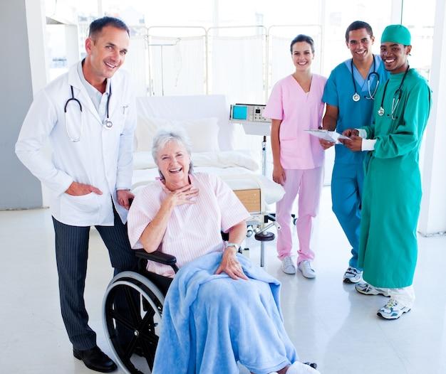 シニア女性を世話している米国の医療チーム