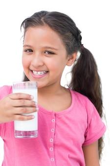 Маленькая девочка, пьющая молоко