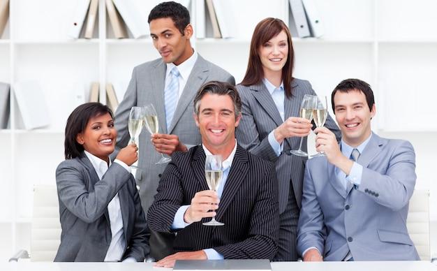 シャンパーニュをトーストするポジティブなビジネスマン