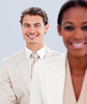 カリスマ的なビジネスマンと彼の同僚のクローズアップ