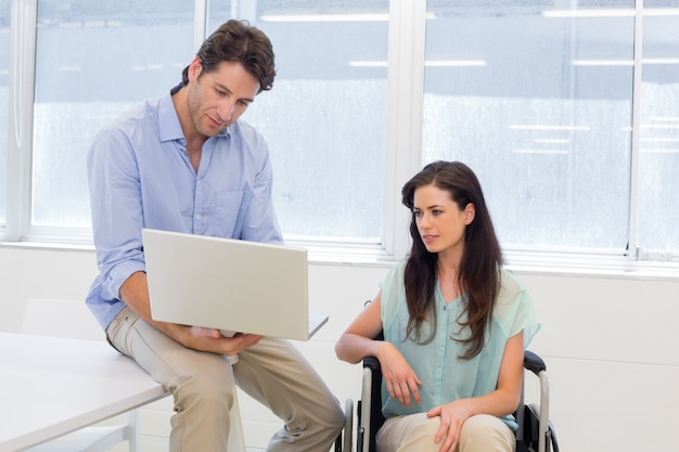 車椅子、ラップトップ、ビジネスマン、見ること、ラップトップ