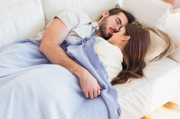 ソファーの上でかわいいカップル