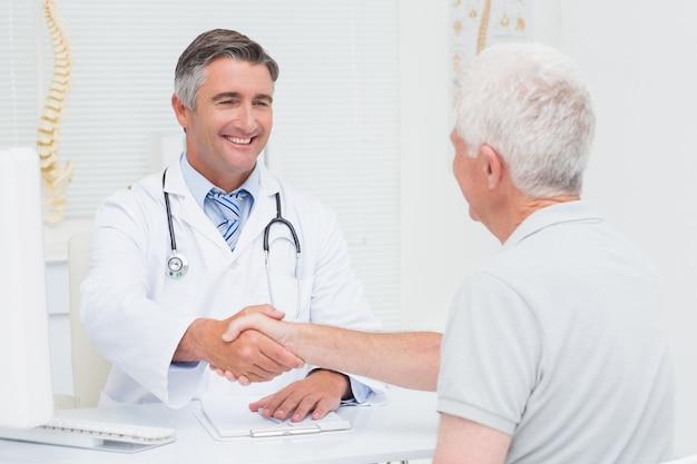 シニア患者と握手