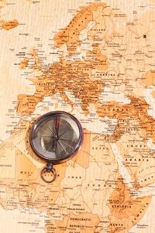 コンパスが北アフリカとヨーロッパを示す世界地図