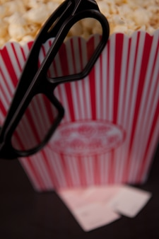 ポップコーンの箱の端に垂れた眼鏡