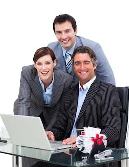 コンピュータで働くメリービジネスチーム