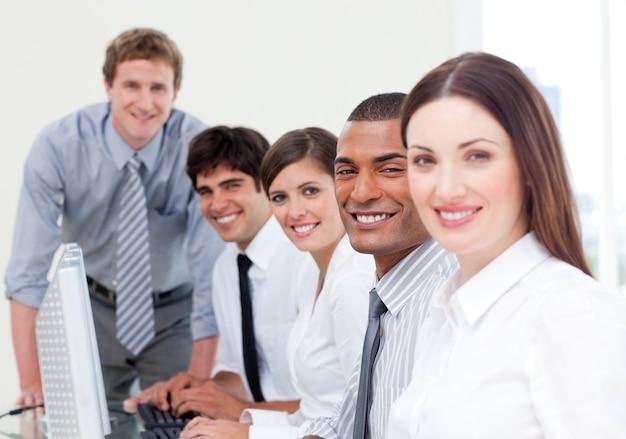 職場での積極的なビジネスチーム