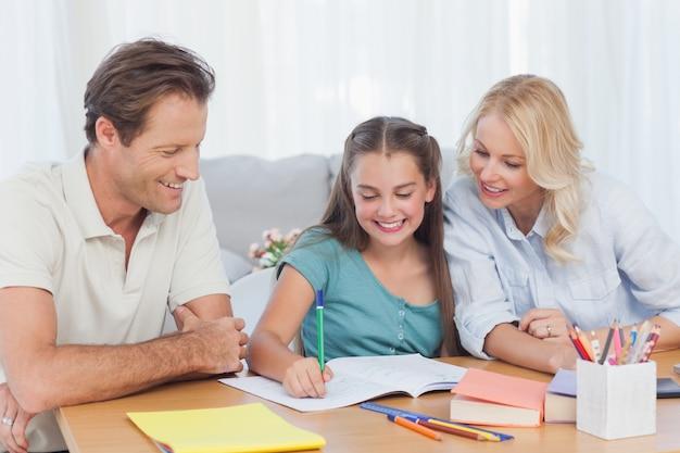 Родители помогают ее дочери делать домашнее задание