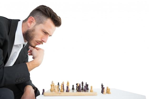 チェスのゲームをプレイしているヒップスターのビジネスマン