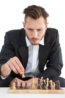 チェスソロを演じるフォーカスされたビジネスマン