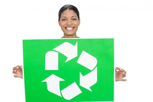 リサイクルのサインを持つ笑顔モデル