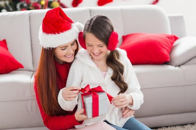 お祝いの母とクリスマスプレゼント付きの娘
