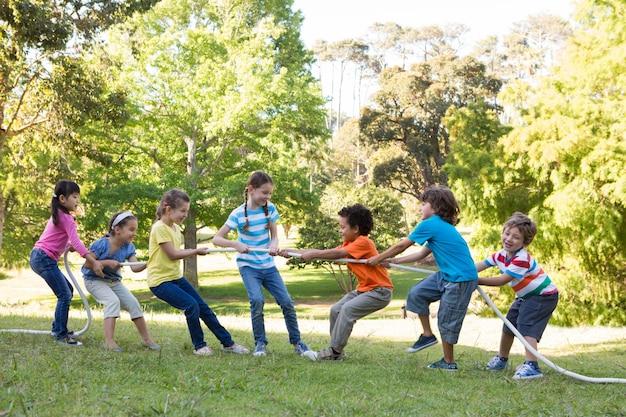 公園に綱引きをしている子供たち